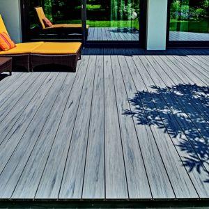 Bardzo popularną opcją dotyczącą podłoża tarasu są deski naturalne wykonane z różnego rodzaju gatunków drewna. Fot. Quercus/Galeria Wnętrz Domar