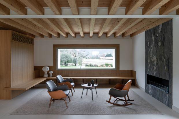 Od wentylowanych fasad, przez dachy i podłogi, aż do wykończenia łazienki z wanną, kuchni oraz elementów wystroju wnętrz. Ta willa o prostej elegancji pozwala na przedstawienie wszystkich zalet kamienia synteryzowanego.