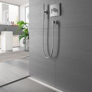 Odwodnienie liniowe w łazience to świetne rozwiązanie na mały metraż. Na zdjęciu odwodnienie TECEdrainprofile. Fot. TECE