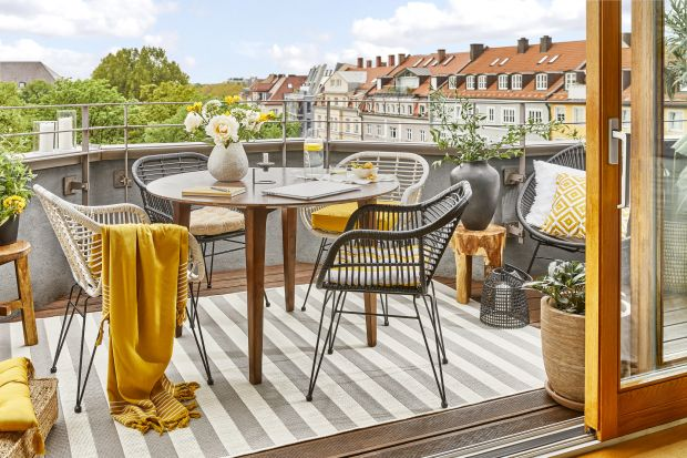 Domowe biuro na balkonie? Jak urządzić mały balkon w bloku? Przedstawiamy fajny pomysł z popularnego sklepu. Jeśli tak zaaranżujesz swój balkon, stworzysz fantastyczną strefę home office! Podajemy ceny produktów z tej aranżacji!