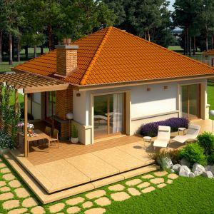 Kompaktowa bryła w projekcie Tosia Energo ubrana w elegancki czterospadowy dach, została otulona mleczno-brzoskwiniową kompozycją elewacji. Autorzy projektu: pracownia Archipelag