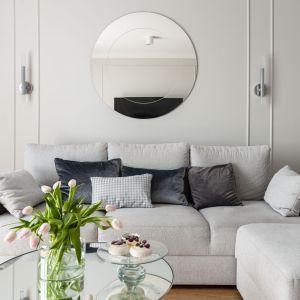 W salonie znajduje się zrobiona na zamówienie wygodna trzyosobowa sofa (Rafek Meble). Projekt: Studio Projektowania Miśkiewicz Design. Fot. Anna Powałowska