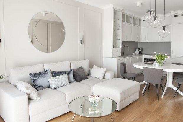 Mieszkanieurządzone jest w jasnej i ciepłej kolorystyce, z przewagą szarości i bieli. Wnętrze zachwyca wysmakowaną, klasyczną elegancją. Nie ma tu mowy o skandynawskim minimalizmie, ani o lofcie. Jest za to wystrój, skrojony na miarę właścic