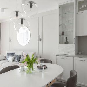 Nad stołem w jadalni zawieszono atrakcyjne wzorniczo szklane lampy. Projekt: Studio Projektowania Miśkiewicz Design. Fot. Anna Powałowska