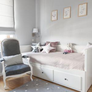 W pokoju córki mamy białe meble, a uważne oko dostrzeże, że ścianki łóżka przypominają angielskie panele boazeryjne. Projekt: Studio Projektowania Miśkiewicz Design. Fot. Anna Powałowska