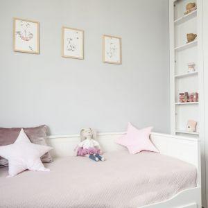W pokoju córki zastosowano szare dodatki. Projekt: Studio Projektowania Miśkiewicz Design. Fot. Anna Powałowska