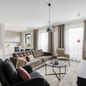 Dwa fotele w różnych kolorach to znakomity wybór do jasnego salonu. Projekt: Magdalena Federowicz-Boule, Kama Kowacz, Martyna Wojtasik. Fot. Dariusz Majgier