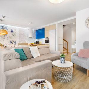 Szafy fotel i beżowa sofa tworzą fajne, ciekawe połączenie w salonie. Projekt: Joanna Nawrocka, JN Studio Joanna Nawrocka. Fot. Łukasz Bera