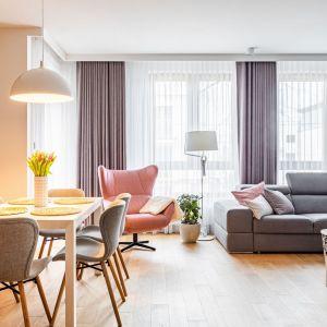 Fotel uszak Presto w pudrowym różu w jasnym salonie. Projekt Modify. Fot. Michał Młynarczyk