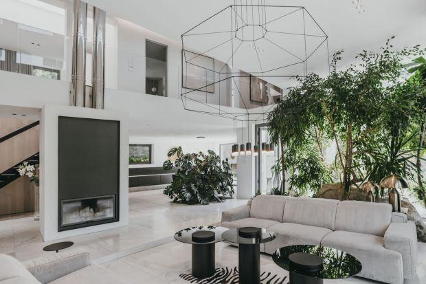 Nietypowy domw centrum Śląska otoczony jest oazą zieleni. Ciekawa kompozycja brył budynku zaprojektowana 30 lat temu wymagała odświeżenia i nadania wnętrzu bardziej nowoczesnego charakteru.