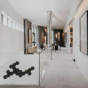 Na piętrze główne kolory to jasne drewno i biel, uzupełnione czarnymi akcentami. Projekt: Maciej Dyląg, Marta Hausman-Dyląg, Katarzyna Wichary, MMOA. Fot. Janina Tyńska