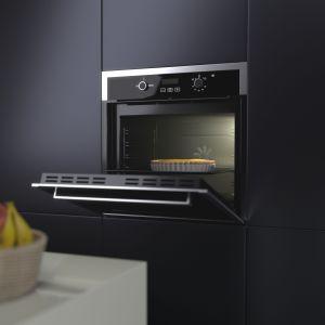 W przypadku małego metrażu kuchni dobrym rozwiązaniem jest kompaktowy piekarnik 3w1, taki jak model SP34PM z funkcją pary i mikrofali. Fot. Solgaz