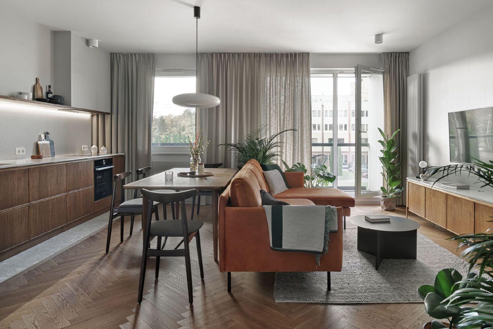 Okap podszafkowy dobrze się nadaje do kuchni połączonych z salonem. Projekt Raca Architekci. Fot. Tom Kurek.jpg