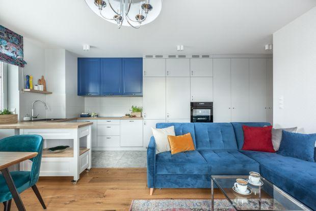 Mały salon w bloku warto połączyć z kuchnia i jadalnią. Jak to zrobić, by zachować aranżacyjną spójność? Zobaczcie najlepsze realizacje z polskich mieszkań.