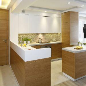 Mała kuchnia w bloku to połączenie bieli i drewna. Kuchnia wygląda super. Projekt: Małgorzata Mazur. Fot. Bartosz Jarosz