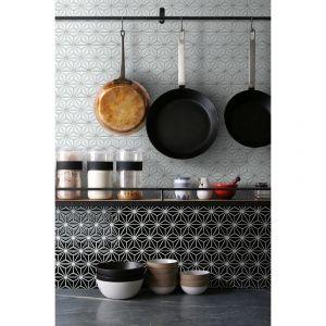 Czarno-biała ściana w kuchni wyłożona mozaika ceramiczna kaflami w kształcie gwiazdy Constellation. Cena: 49,95 zł/cena za plater o wymiarach 290 x 300 mm. Fot. Raw Decor