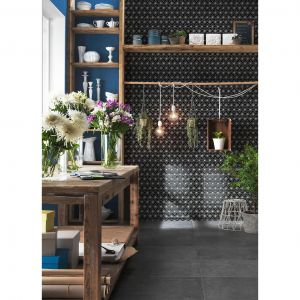 Ściana w mozaice ceramicznej w czarne gwiazdy przy stole z prawdziwego drewna. Cena: 49,95 zł/cena za plater o wymiarach 290 x 300 mm. Fot. Raw Decor