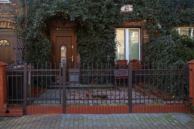 Jaki ogrodzenie domu wybrać? Postaw na nowoczesne ogrodzenie, które zachowało czar dawnych budynków i posesji.