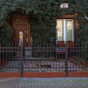 Nowoczesne Ogrodzenie Frontowe Jantar dobrze współgra przede wszystkim z klasycznymi formami architektonicznymi. Fot. Plast-Met Systemy Ogrodzeniowe