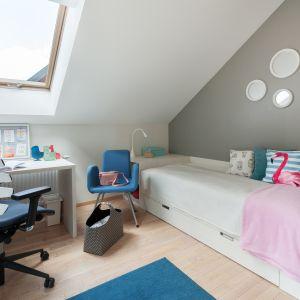 Pokój dziecka urządzono w spokojnych kolorach. Projekt: Justyna Mojżyk, Piotr Stepaniuk, poliFORMA. Fot. Monika Filipiuk-Obałek