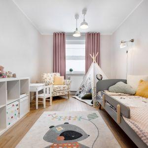 Pokój dziecka urządzono w jasnych kolorach. Projekt: Joanna Nawrocka, JN Studio Joanna Nawrocka. Fot. Łukasz Bera