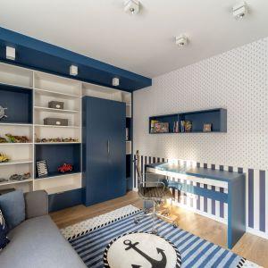 Pokój dziecka, w którym kolor niebieski stanowi podstawę aranżacji. Projekt: Trędowska Design. Fot Michał Bachulski