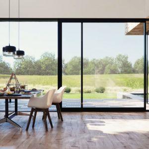 Właściwy dobór okien oraz ich montaż dają realne korzyści – zmniejszają koszty utrzymania domu i zwiększają komfort termiczny wewnątrz. Fot. Awilux