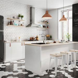 Wygodna kuchnia bez wiszącej zabudowy idealnie nadaje się do aranżacji w stylu skandynawskim czy loftowym. Fot. Ferro