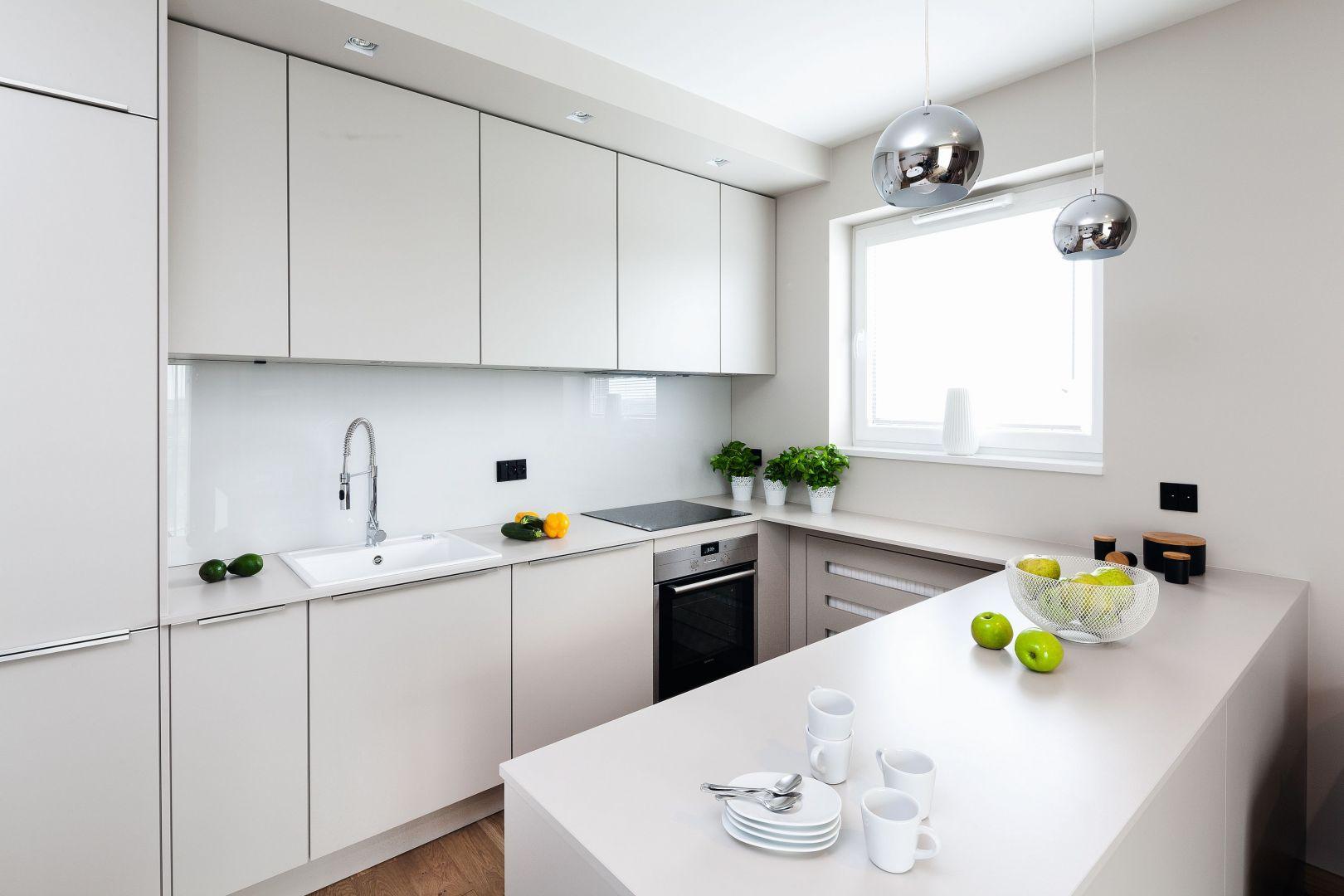 Wygodna kuchnia w kształcie litery U, z dobrze zaprojektowanymi strefami. Projekt: Katarzyna Uszok. Fot. Bartosz Jarosz.jpg