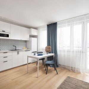 Wygodna kuchnia jednorzędowa, otwarta na salon, ale funkcjonalna. Projekt wnętrza, stylizacja Ola Dąbrówka, pracownia Good Vibes Interiors. Zdjęcia: Mikołaj Dąbrowski