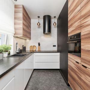 Coraz popularniejszym rozwiązaniem kwestii przechowywania w kuchennych wnętrzach są pojemne szafy, czyli innymi słowy sięgające aż po sufit szafki wysokie, zwane niekiedy słupkami. Projekt Monika Staniec. Fot. Wojciech Dziadosz