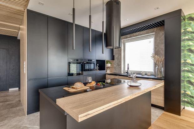 Wysoka zabudowa szaf pojawia się w niemal każdej kuchni. Co więcej, często całą kuchnię tworzy właśnie wysoka zabudowa z wygospodarowaną przestrzenią na blat roboczy, płytę grzewczą i zlew. O popularności tego rozwiązania decydują jego za