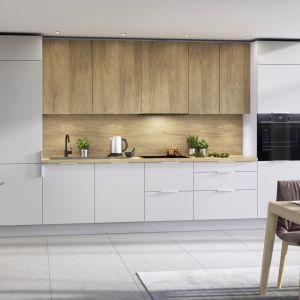 W małej kuchni zarówno zmywarkę, jak i piekarnik można ulokować w jednym, wysokim słupku. Fot. KAM