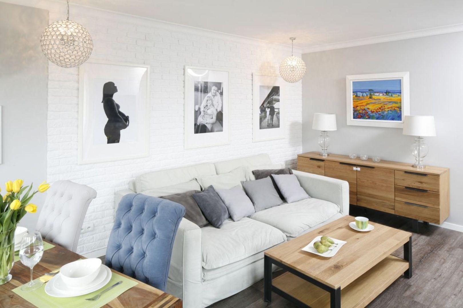 W małym salonie postaw na jasne kolory, a najlepiej na odcienie bieli. Projekt Marta Kramkowska. Fot. Bartosz Jarosz