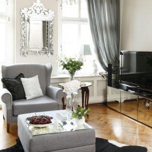 Lustrzane meble to świetny pomysł na rozjaśnienie małego salonu. Projekt Iwona Kurkowska. Fot. Bartosz Jarosz
