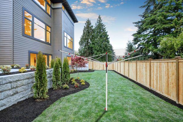 W sezonie wiosenno-letnim ogród staje się miejscem relaksu i wypoczynku, ale także praktyczną przestrzenią do suszenia prania. A o tym, że wysuszone w promieniach słońca tkaniny pięknie i świeżo pachną nie trzeba nikogo przekonywać. Pranie sc