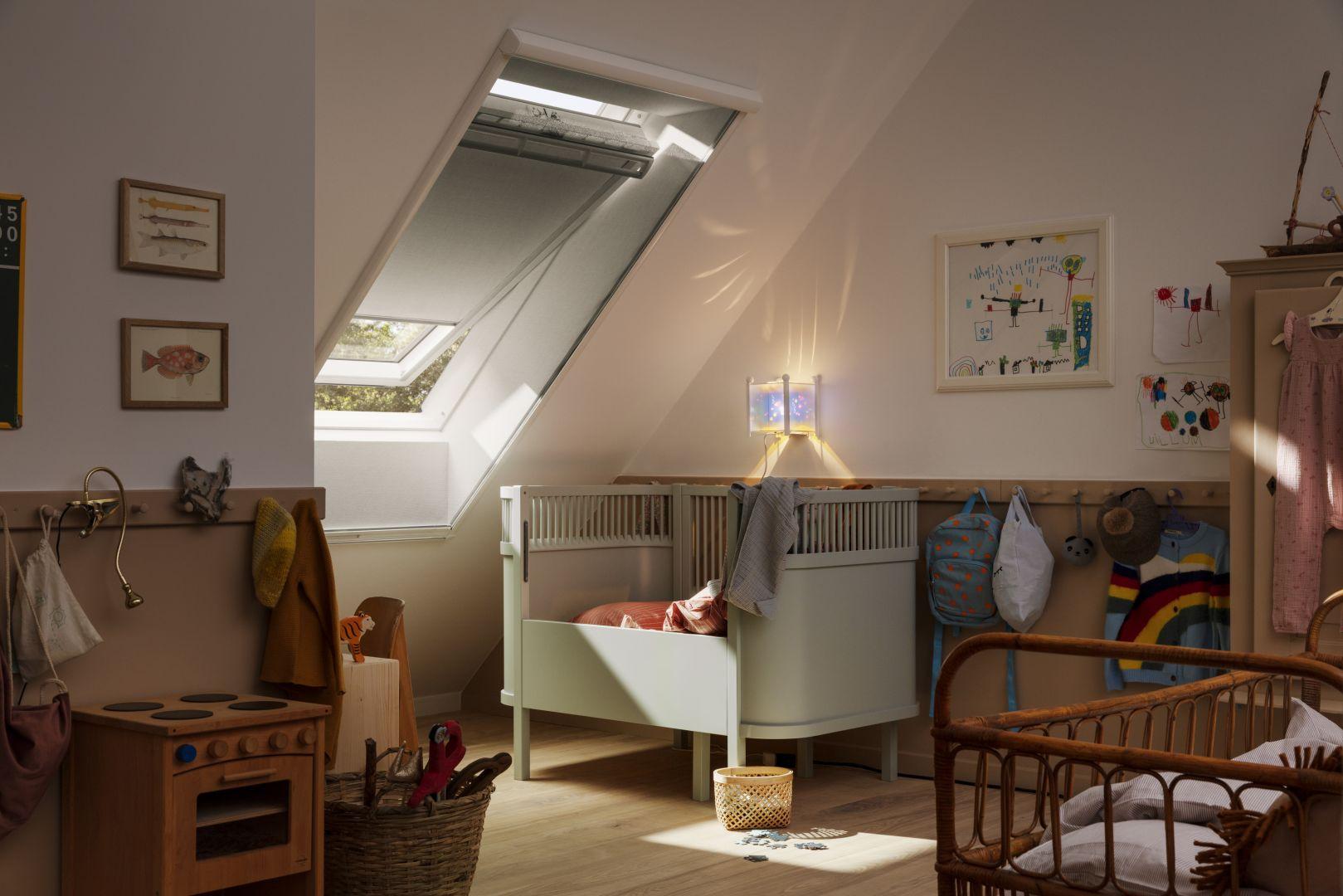Moskitiery warto zamontować we wszystkich pomieszczeniach, a szczególnie w pokojach dziecięcych i sypialniach. Świeże powietrze korzystnie wpływa na nasze zdrowie, a dzięki moskitierom możemy się nim cieszyć bez obaw o ukąszenia owadów, które mogą być niebezpieczne dla dzieci i alergików. Fot. Velux