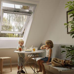 Moskitiera doskonale komponuje się z białymi oknami dachowymi. Eleganckie, smukłe prowadnice i węższy górny kaseton sprawiają, że jest prawie niewidoczna, gdy nie jest używana. Fot. Velux