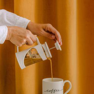 Spraw sobie elegancką porcelanową zastawę, nową paterę na ciasto i dzbanek do serwowania herbaty. Fot. home&you