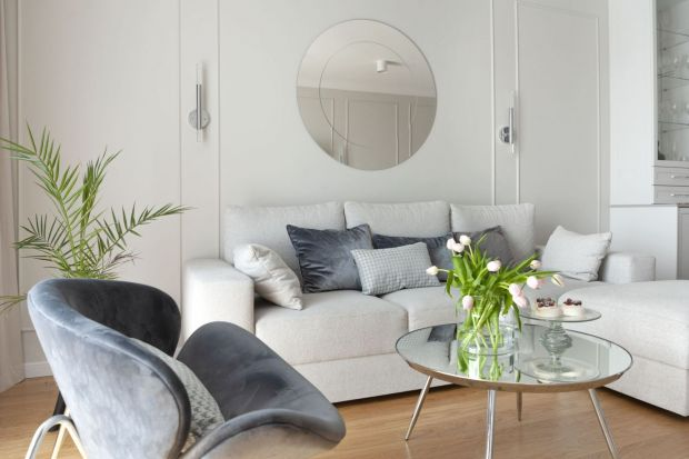 Kiedy warto wybrać biały kolor na ściany w salonie? Jak łączyć biel z innymi kolorami, jak dobrać dodatki i meble do białych ścian? Podpowiadamy i pokazujemy piękne aranżacje z białymi salonami!