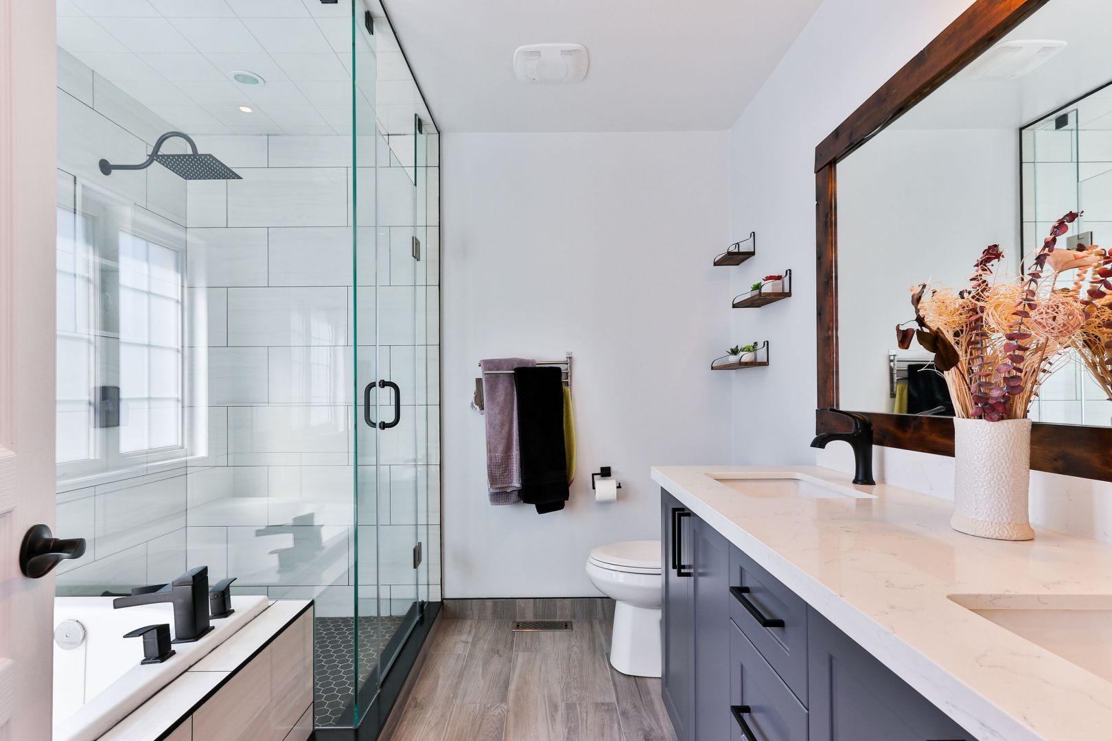 Aby skutecznie pozbyć się bakterii i brudu wannę oraz prysznic najlepiej czyścić po każdej kąpieli. Fot. Jurga