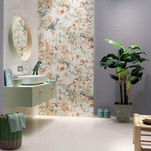Zestawienie ośmiu płytek dekoracyjnych Modern Pearl Parrots tworzy kolorową, roślinną kompozycję ścienną o wielkości 120 x 120 cm. Fot. Tubądzin