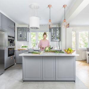 Klasycznie urządzona kuchnia w jasnoszarym kolorze. Projekt Dorota Kudła. Fot. Pion Poziom