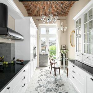 Klasyczna kuchnia w mieszkaniu w kamienicy. Projekt MM Architekci. Fot. Jeremiasz Nowak