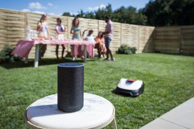 Robot koszący wprowadził rewolucyjne zmiany w sposobie pielęgnacji trawników. Przede wszystkim kosi za nas.Wystarczy ułożyć instalację i zaprogramować robota.