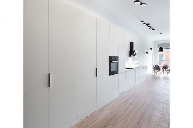 Kinkiety i plafony to stylowa alternatywa dla lamp wiszących. W wersji minimalistycznej i dyskretnej znakomicie wpisują się w estetykę wnętrze urządzonych w stylu nowoczesnym oraz skandynawskim.<br /><br />