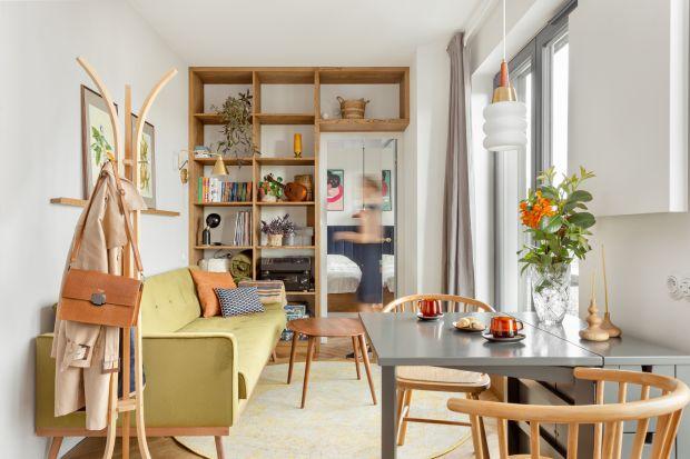 Bardzo małe, wąskie mieszkanie na krakowskim Podgórzu urządzono niezwykle wygodnie i efektownie. Unikatowe wnętrze zachwyca pięknymi detalami i zaskakuje wielofunkcyjnością rozwiązań.Na 30 mkw idealnie zachowanorównowagę pomiędzy funkcjon