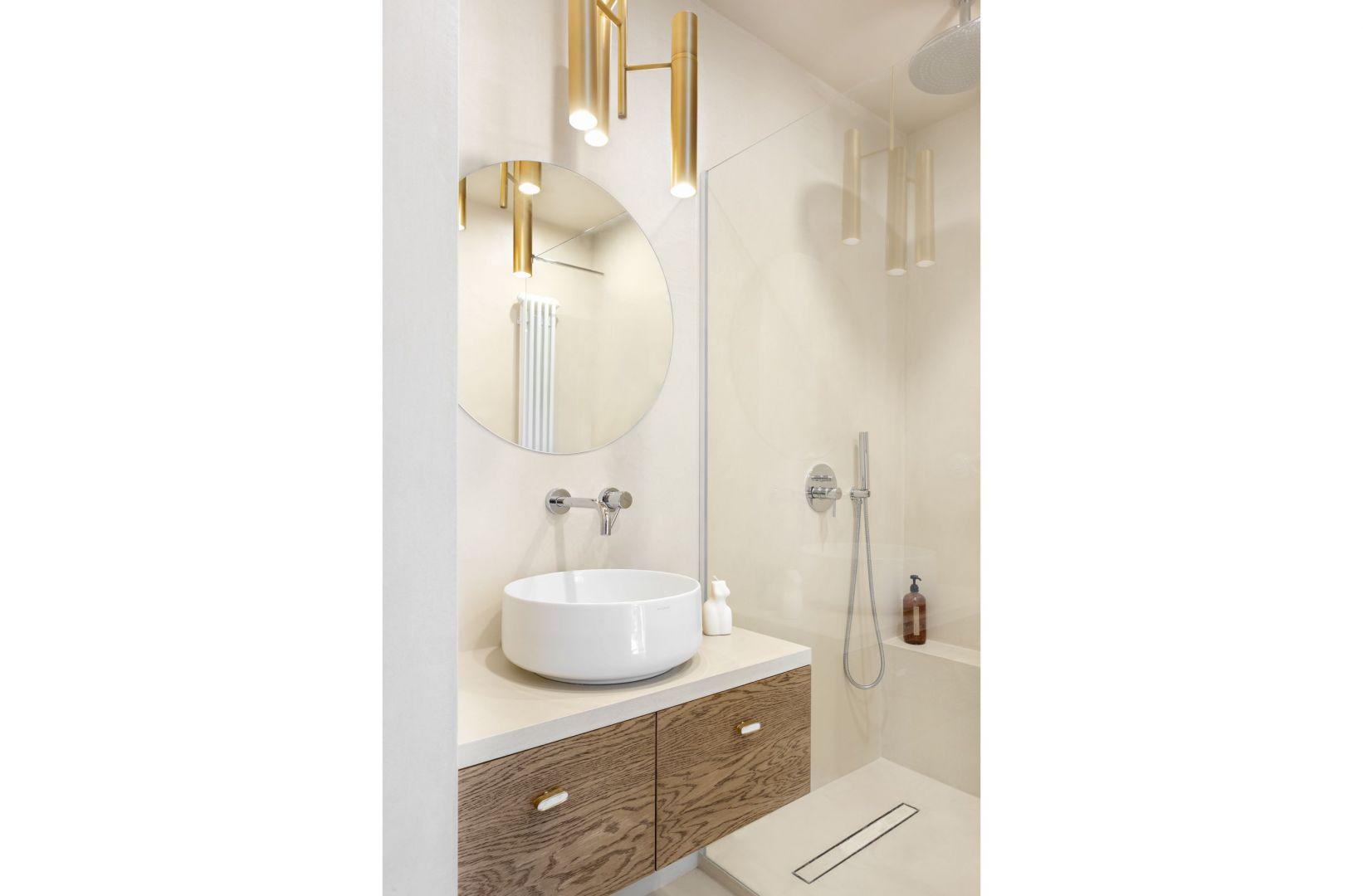 Bezpłytkowa łazienka to monochromatyczna przestrzeń w piaskowym kolorze. Projekt: Patrycja Morawska. Fot. Anna Laskowska/Dekorialove