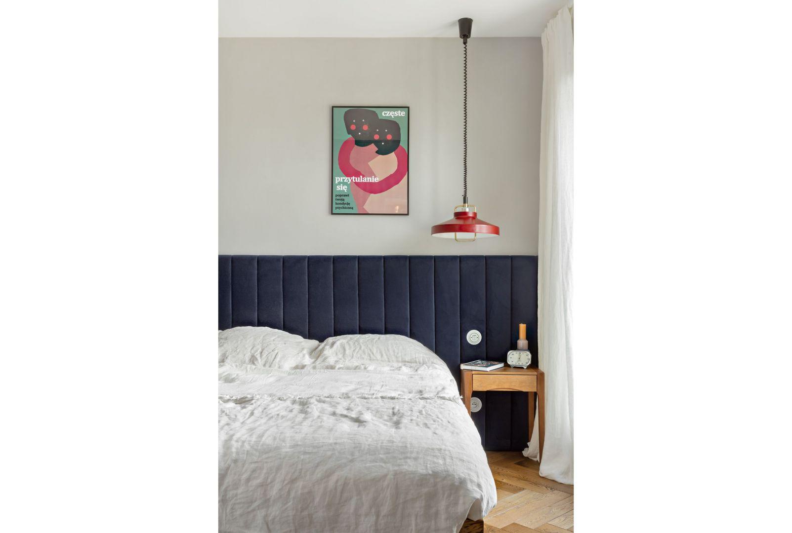 Główne miejsce zajmuje w sypialni duże łóżko o powierzchni 160 cm, które zapewnia jednocześnie sporo miejsce na przechowywanie. Projekt: Patrycja Morawska. Fot. Anna Laskowska/Dekorialove