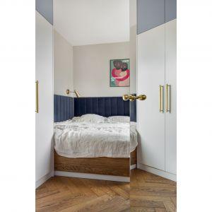 Do sypialni prowadzą lustrzane drzwi. Projekt: Patrycja Morawska. Fot. Anna Laskowska/Dekorialove